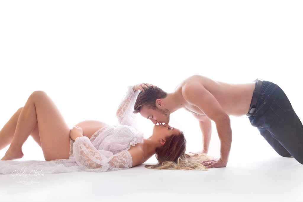chicago-north-suburbs-maternity-photography-couple-portrait-on-the-floor